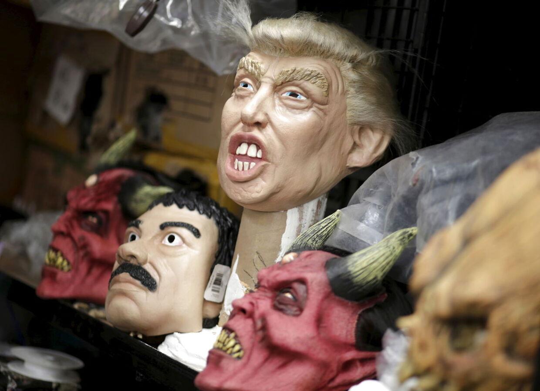 Maskerne af en af de republikanske præsidentkandidater, Donald Trump, ved siden af masken af Mexicos mest frygtede mand, narkobaronen 'El Chapo'.