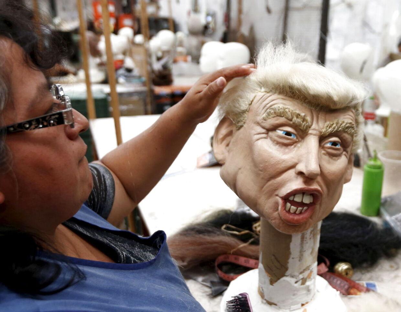En ansat arbejder på Halloween-masken af Donald Trump i Mexico City.