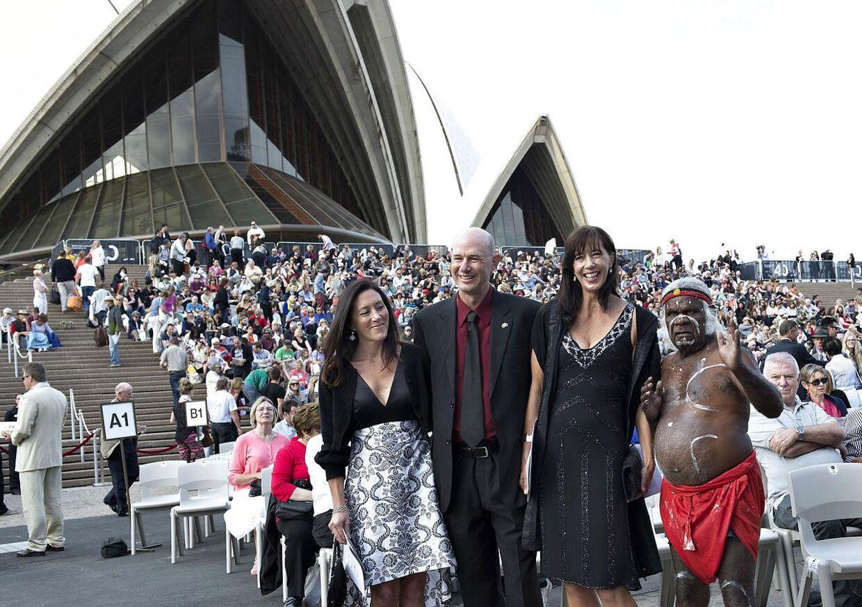 Arkivfoto: Kronprinsesse Marys søskende Patricia Baily, John Stuart Donaldson og Jane Stephens (set fra venstre) samt en aboriginal deltager i offentlighedens fejring af Operahuset i Sydney søndag d. 27. oktober 2013.