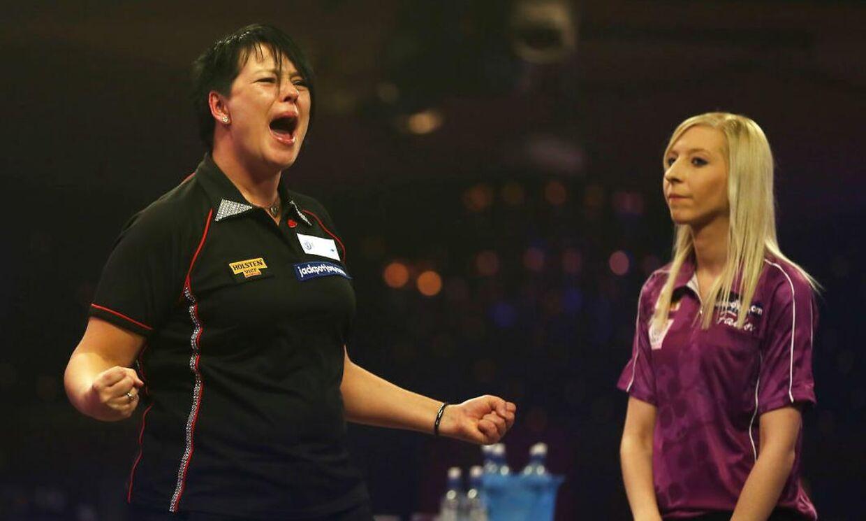 Den danske dartspiller Ann-Louise Peters (tv) jublede, da hendes overraskende sejr over Fallon Sherrock (th) ved VM i dart var i hus.