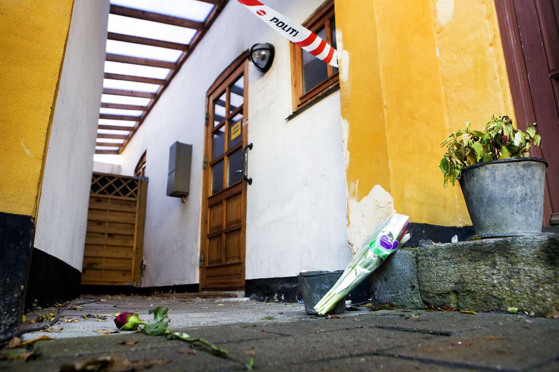 Stedet i Holbæk, hvor en 40-årig far fredag d. 5. december satte ild til sit hus og dræbte sig selv og sin søn. En ven til den 40-årige far, har lagt blomster foran huset lørdag d. 6. december 2014. (Foto: Linda Kastrup/Scanpix 2014)