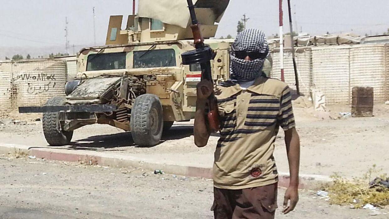 Arkivfoto: En IS-kriger står vagt ved et byen Baiji nord for Baghdad i Irak i juni 2014.