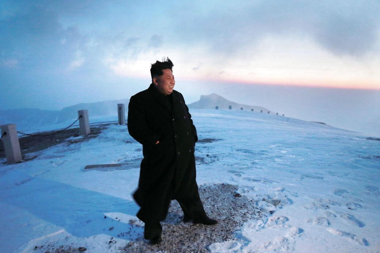 Ifølge Nordkoreas statskontrollerede medier var det en hurtig og veloplagt Kim Jong-un, der lørdag morgen nåede toppen af det 2750 meter høje Mount Paektu. Foto: KCNA