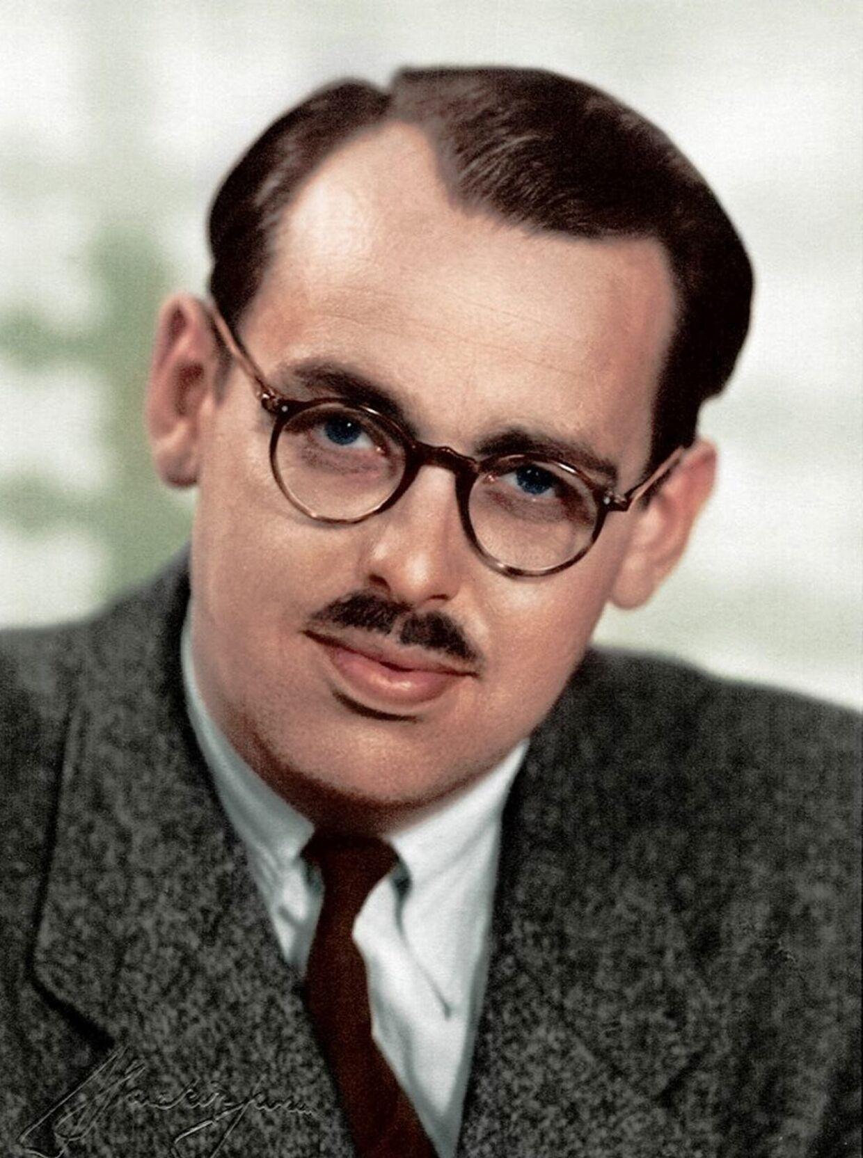 Efter anlæg af skæg, farvet hår m.v. blev de illegale fotograferet til brug for deres falske identitetspapirer. Det mest kendte foto af 'Citronen' Jørgen Haagen Schmith er fra hans falske papirer.