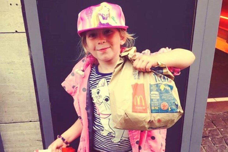 Seks-årig pige fik 100 kr. af sin mormor til at købe en Monster High-dukke. I stedet overraskede hun sin mor ved at købe cheeseburgere og dele dem ud til de hjemløse på Strøget. (Foto: Facebook)