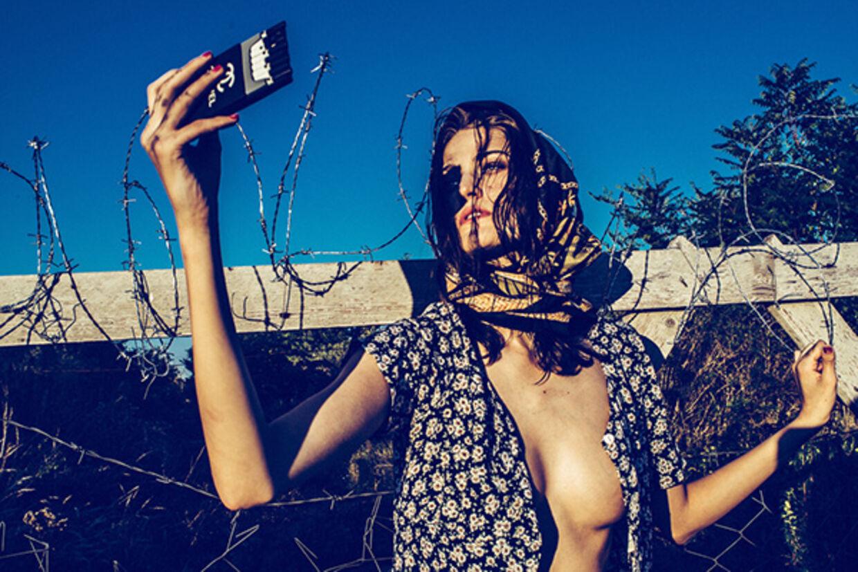 Den ungarske fotograf, Norbert Baksa, har taget flere billeder af modellen Monika Jablonczky, der forestiller en flygtning ved den kroatisk-ungarske grænse under titlen 'Der Migrant'. Billederne har mødt stor kritik på sociale medier.