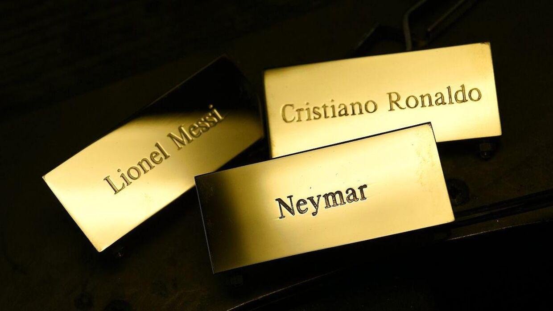 Et af disse navneskilte kommer til at sidde på Ballon d'Or-trofæet den 11. januar.