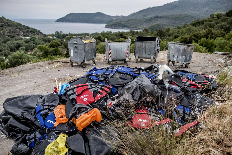 Når flygtningerne er kommet i land efterlader de gummibåde og massere af redningsveste på strandene.