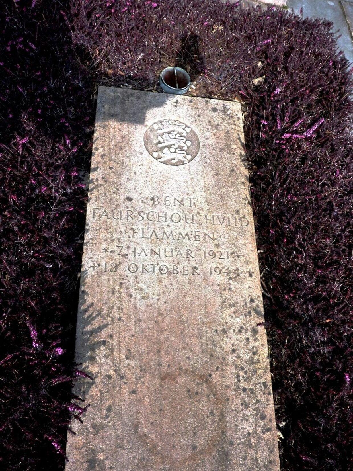 Flammens mor døde i januar 1945, og hans far døde et halvt år efter. Dette kan være medvirkende årsag til, at der på gravstenen ikke står en kort inskription.
