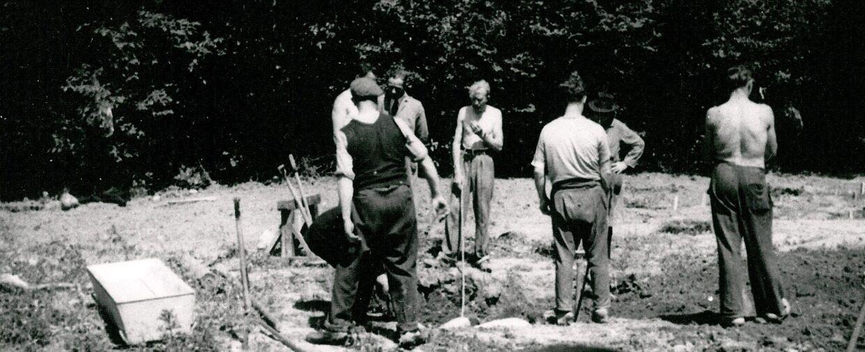 Det svære arbejde med at gennemgå det store areal i Ryvangen begyndte den 19. maj 1945. De første døde, tyskerne havde begravet, var lagt i kister med identifikation. Fra marts 1945 var respekten for de døde dalet. De senest døde var ikke lagt i kister og ofte ikke gravet langt ned. Over 60 grave var ikke afmærket og der var ikke efterladt oplysning om navn. Først onsdag den 5. juli 1945 var arbejdet afsluttet og de pårørende havde via Retsmedicinsk Institut fået vished for, hvad der var sket.