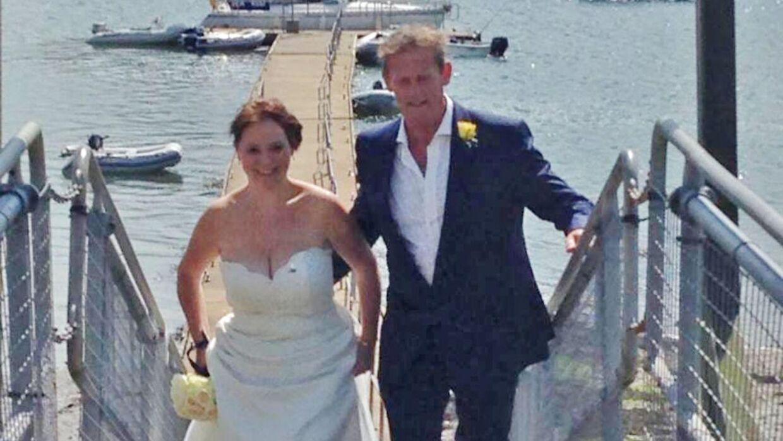 Andrew McLeod-Baikie arm i arm med sin kone nummer to.