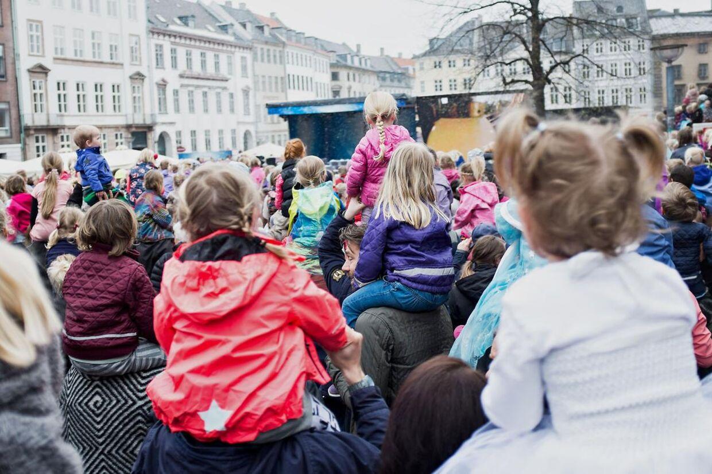 """Disney havde lørdag den 25. april 2015 inviteret """"hele Danmark"""" til et show på Gammeltorv og Nytorv i København, hvor musikhits fra succesfilmen Frost blev spillet. Showet varede cirka tyve minutter, og kun børn og forældre i de forreste rækker kunne se og høre showet."""
