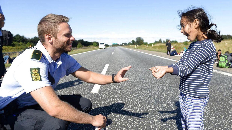 Den syriske pige er vild med at lege med den danske betjent.
