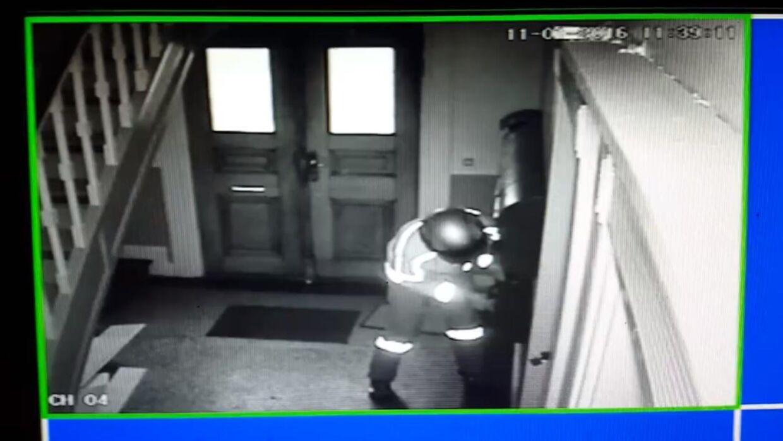 Overvågningskameraet i Jakob Rex Mikkelsens opgang fangede det postbud, som ødelagde hans postkasse, da hun forsøgte at få en pakke ud, der var leveret forkert.