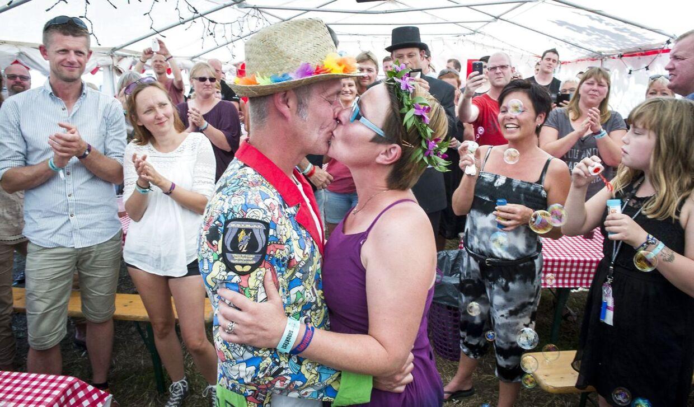 """Smukfest lørdag Helle Vestendahl og Brian Fridahl blev lørdag viet på Kærlighedens medhjælpercamp. Frank """"Megabody"""" Damgaard var giftefoged i sin egenskab af viceborgmester i Skanderborg"""