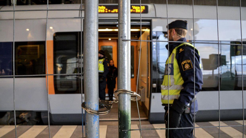 Selv håndjernene blev taget i brug, da svensk politi søndag satte hegn op for at skille sporene på Malmø-togstationen Hyllie ved i Malmø, inden den tvungne ID-kontrol trådte i kraft ved midnat. Håndjernene gør det muligt at åbne hegnet hurtigt, hvis det bliver nødvendigt. Foto: Johan Nilsson