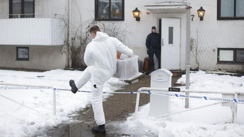 Politiet ses uden for det sted, hvor en 22-årig kvinde blev stukket og dræbt tidligere mandag.