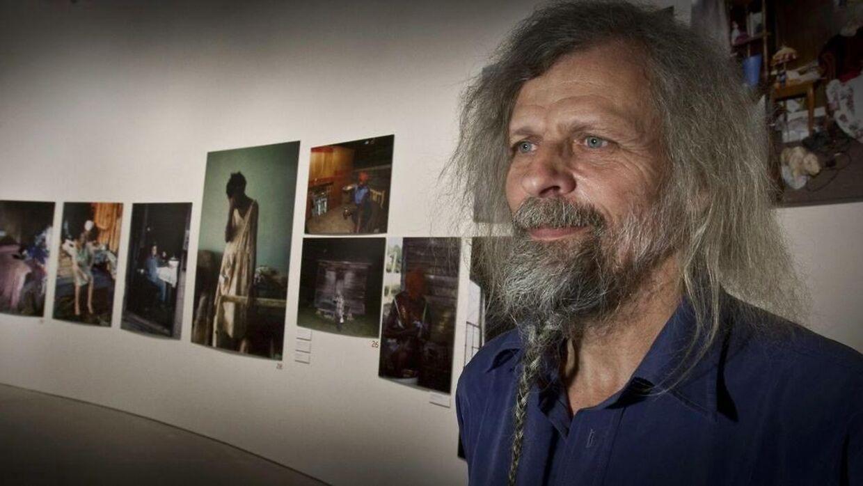 Jacob Holdt foran nogle af sine »amerikanske billeder«, der blev udstillet på Aros.