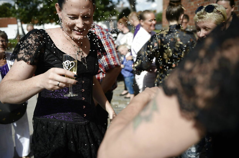 Cecillia Mundt og Isabel Storm bliver det første danske transkønnede par til at holde bryllup. Det gør de i Sct. Bendts Kirke i Ringsted lørdag den 29. august 2015.