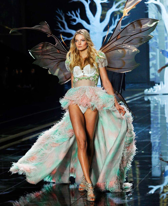 Smukke Eniko Mihalik går her model for Victoria's Secret tilbage i 2014.