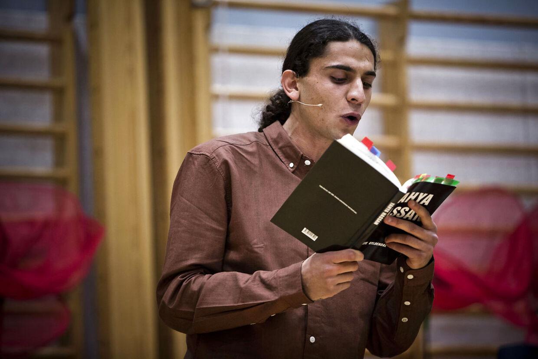 Det vakte stort postyr, da Yahya Hassan skulle læse digte op på H.C. Andersen Skolen i Vollsmose. Flere trusler betød, at kampklædte betjente måtte mandsopdække den unge digter.
