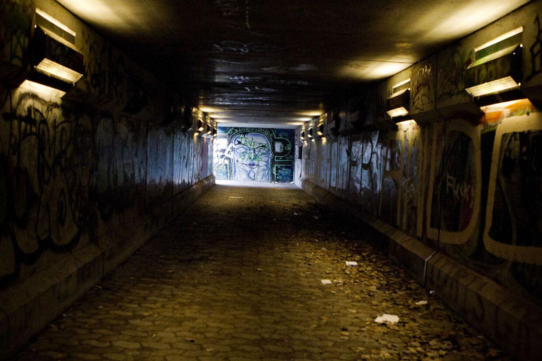 Yahya er kommet ud på den anden side. Fra pusher til poet. Her er tunnellen ved Trillegården i Yahya Hassans barndomskvarter, hvor han stadig kommer og besøger sin mor.
