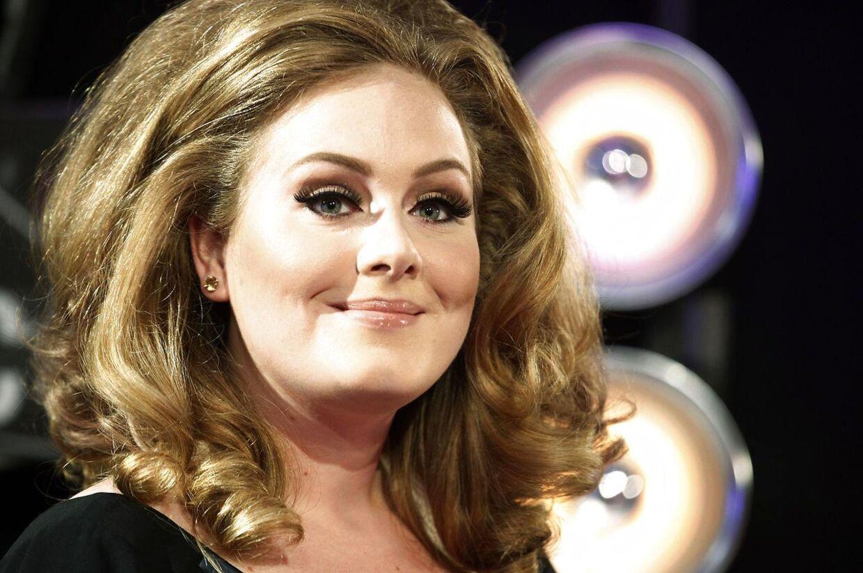Adele klæder sig ud som Adele i en Adele-sangkonkurrence. Hendes medkonkurrenter bliver meget overrasket og rørt, da de opdager, at det er den rigtige Adele, der synger foran dem.