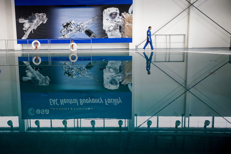 Det Europæiske Astronautcenter råder over et 10 meter dybt bassin, hvor astronautaspiranterne træner bl.a. rumvandring under vand.