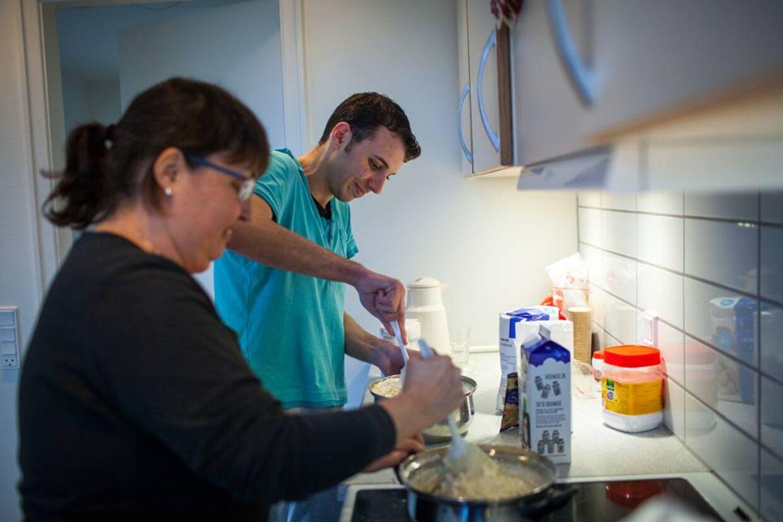 Om lørdagen bagte Moaz og Linda boller, så de var klar til at få gæster søndag eftermiddag.