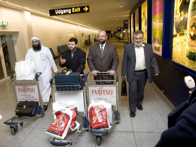 Ahmed Akkari fortæller i bogen, at han får aftalen mellem Arla og imamerne refereret i forbindelse med en stor religiøs konference i Bahrain i den sidste uge af marts 2006, hvor omkring 300 af verdens mest indflydelsesrige imamer drøftede sagen om de 12 kontroversielle tegninger af profeten Muhammed. Her vender de danske imamer, fra venstre Raed Hlayhel, Ahmed Akkari, Abu Bachar og Abu Laban hjem til Københavns Lufthavn i Kastrup efter rejsen til Bahrain.