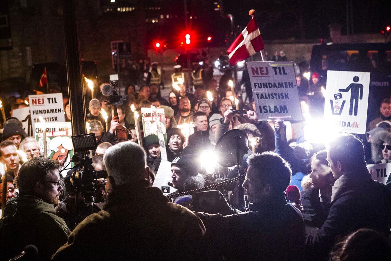 Anti-islam-demonstranter i København bevægede sig mandag fra Statens Museum for Kunst til Den Lille Havfrue i København. Personerne på billedet har ikke nødvendigvis tilknytning til højre-ekstreme, racistiske eller voldelige organisationer.