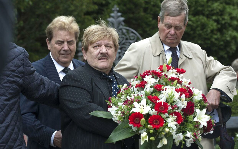 Frisør Tage Frandsen (i midten) ses her, da greve Christian blev begravet i Lyngby Kirke onsdag d. 29 maj 2013.