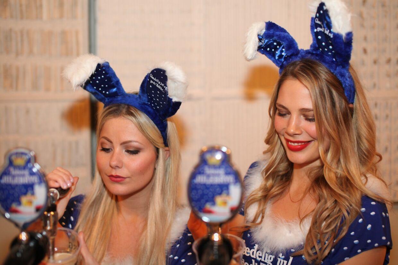 Nissepiger, der serverer Tuborgs Julebryg, er blevet et fast ritual, når J-dag bliver fejret den første fredag i november. I år får de selskab af drag queens.