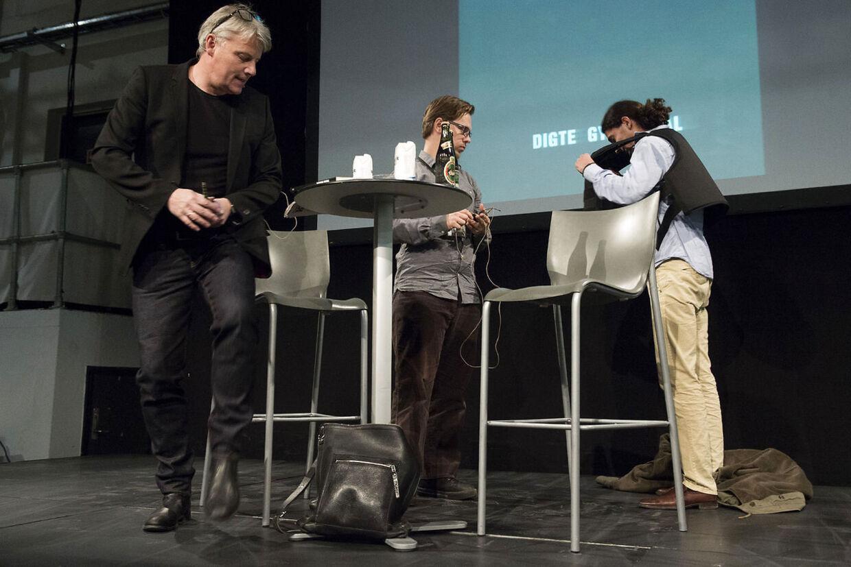 Yahya Hassan ankommer til digt-oplæsningen sammen med Politikens litteratur-redaktør, Jes Stein Pedersen, og digteren smider sin skudsikre vest