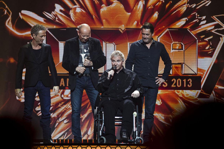 Shu-bi-dua med Michael Bundensen i kørestol modtog årets Ærespris ved Danish Music Awards. Prisen ble4v overrakt af sidste års vinder, Thomas Helmig, tv.