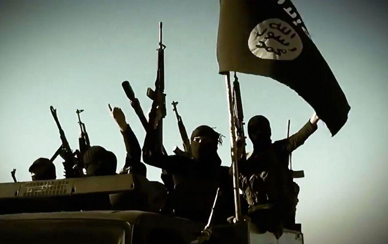 Militante islamiske krigere med IS-flaget i Irak. Nu har IS tilsyneladende taget kontrol over flygtningebåde.