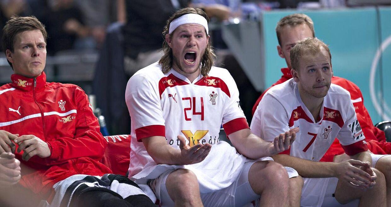 En frustreret Mikkel Hansen (midten) på bænken i kvartfinale-nederlaget til Spanien ved VM i Qatar sidste år