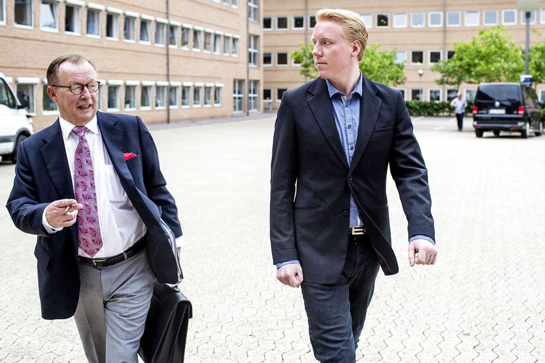 Den bedrageri-sigtede Mads Dinesen ankommer til retten i Glostrup sammen med sin advokat onsdag d. 11. juni 2014
