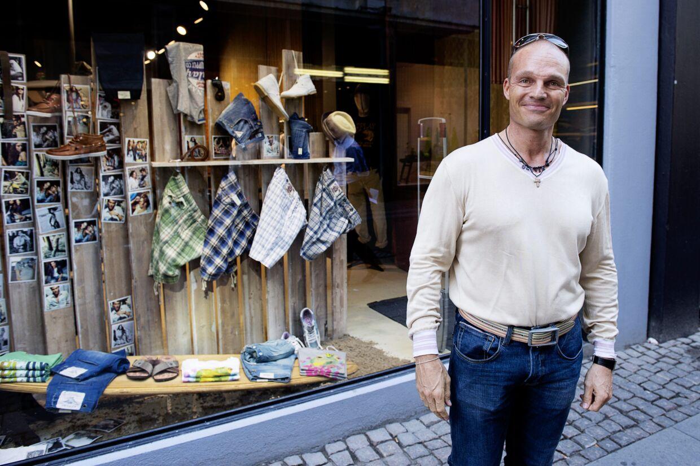 Stein Bagger på shoppetur i det indre København under en udgang i juni 2011. Hvis Kriminalforsorgen vælger at slå en streg over alle Baggers forseelser, siden han blev dømt, kan han blive prøveløsladt og gå frit i det indre København i juni i år.