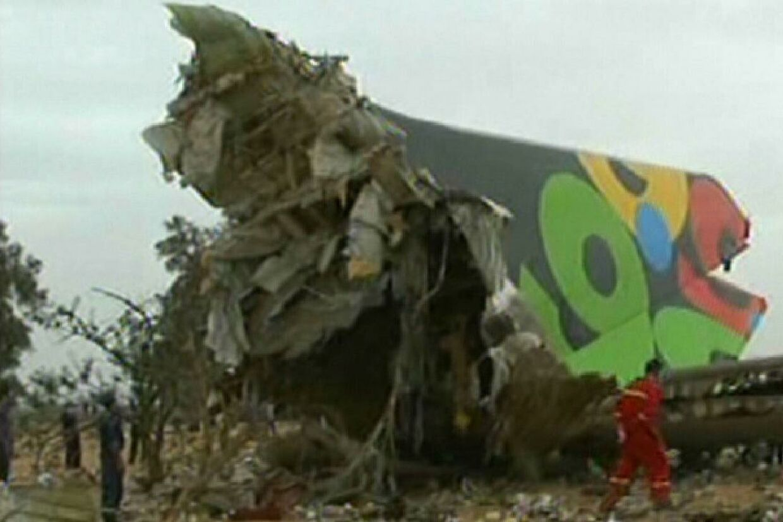 Her ses resterne af flyet efter det tragiske styrt lige inden landingsbanen.