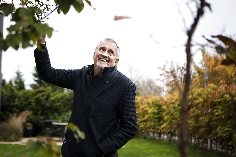 Jussi Adler-Olsen har god grund til at være i godt humør. Han nye bog - det sjette bind i serien om Afdeling Q - høster gode anmeldelser i samtlige aviser.