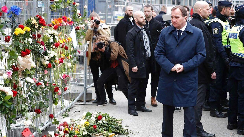 Sveriges statsminister Stefan Löfven (th.) ved gerningsstedet i Stockholm lørdag den 8. april.