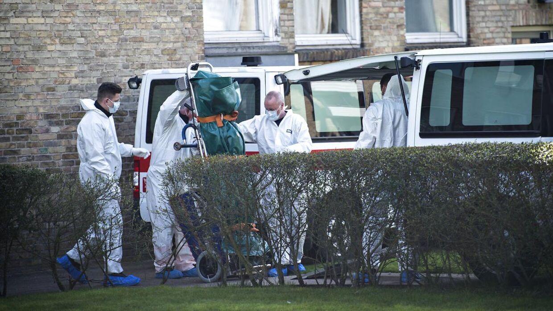 Her bæres de dræbte ud af lejligheden efter det firdobbelte drab i Brønshøj tirsdag morgen.