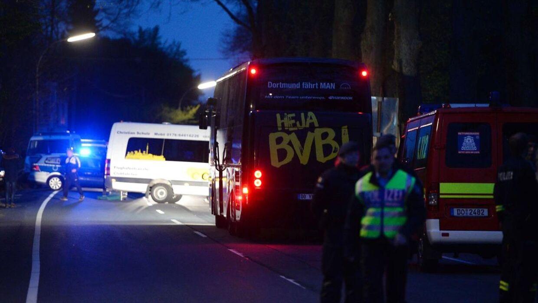 Borussia Dortmunds spillerbus. Her ses bussen på en vej, hvor en ekdplosion fandt sted, knap 10 kilometer fra stadion.