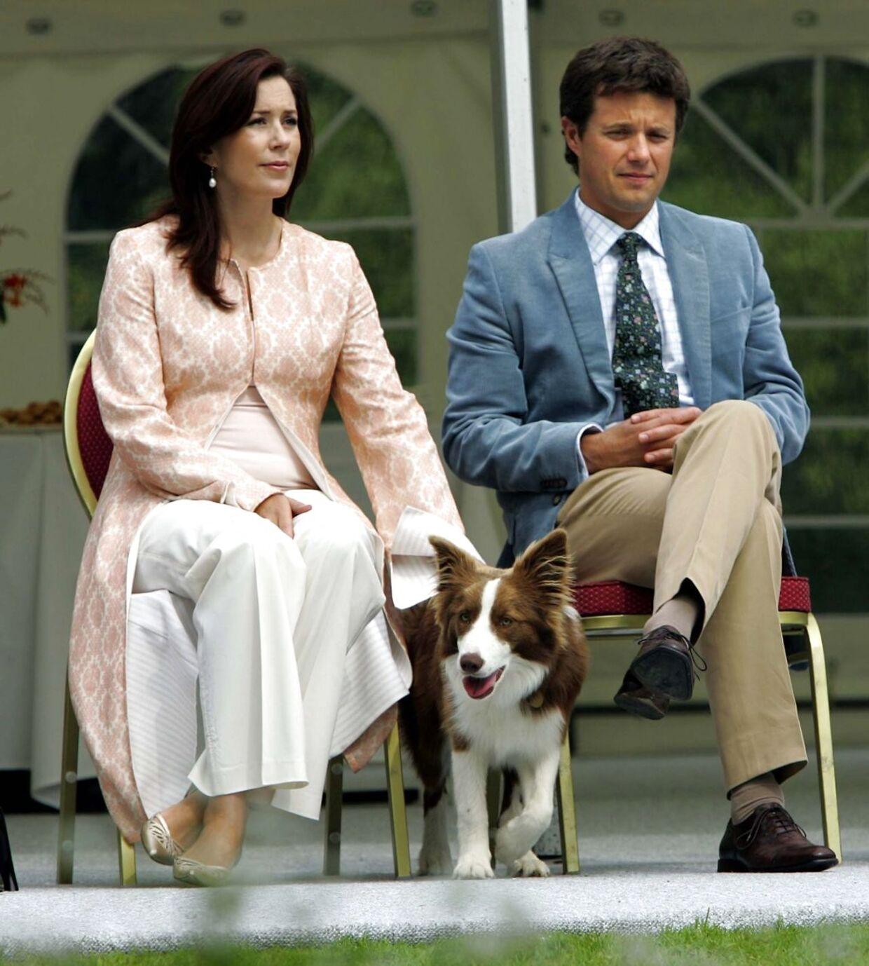 Den danske kongelige famlie er samlet på Gråsten Slot. Her er det kronprinsesse Mary og kronprins Frederik med deres hund Ziggy.