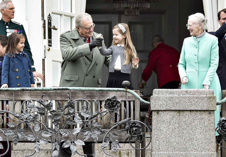 Prins Henrik var i hopla, da dronning Margrethe søndag fejrede sin 77-års fødselsdag på Marselisborg Slot sammen med børn og børnebørn.