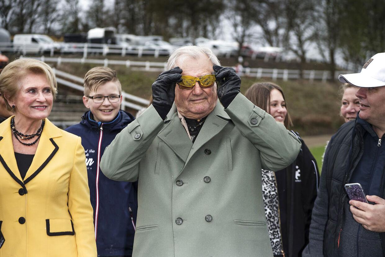 Prinsen pjattede og prøvede travkusk Knud Mønsters tilsølede briller.