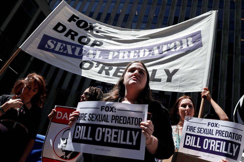 'Fox: Drop det seksuelle rovdyr O'Reilly,' stod der blandt andet, da en større gruppe kvinder demonstrerede foran Fox News' hovedkvarter tirsdag.