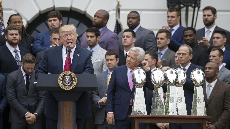 Trump holdt i går tale foran Det Hvide Hus til New England Patriots-spillerne, der i februar sikrede sig Super Bowl-trofæet ved at besejre Atlanta Falcons.