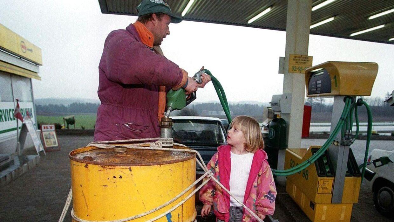 Far og datter sikrede sig mod mangel på benzin under konflikten fredag april 24, 1998 på den lokale tankstation.
